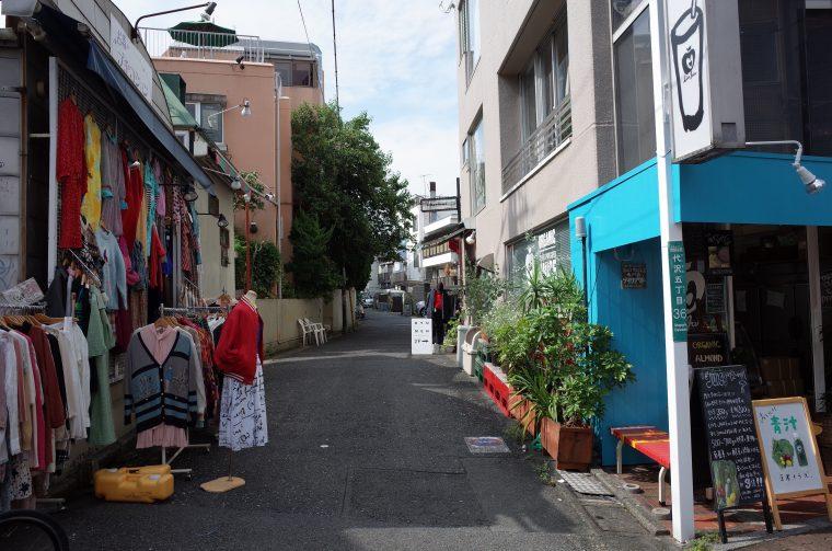 物件から徒歩7~8分のところにある古着屋『プチコション』前の通り